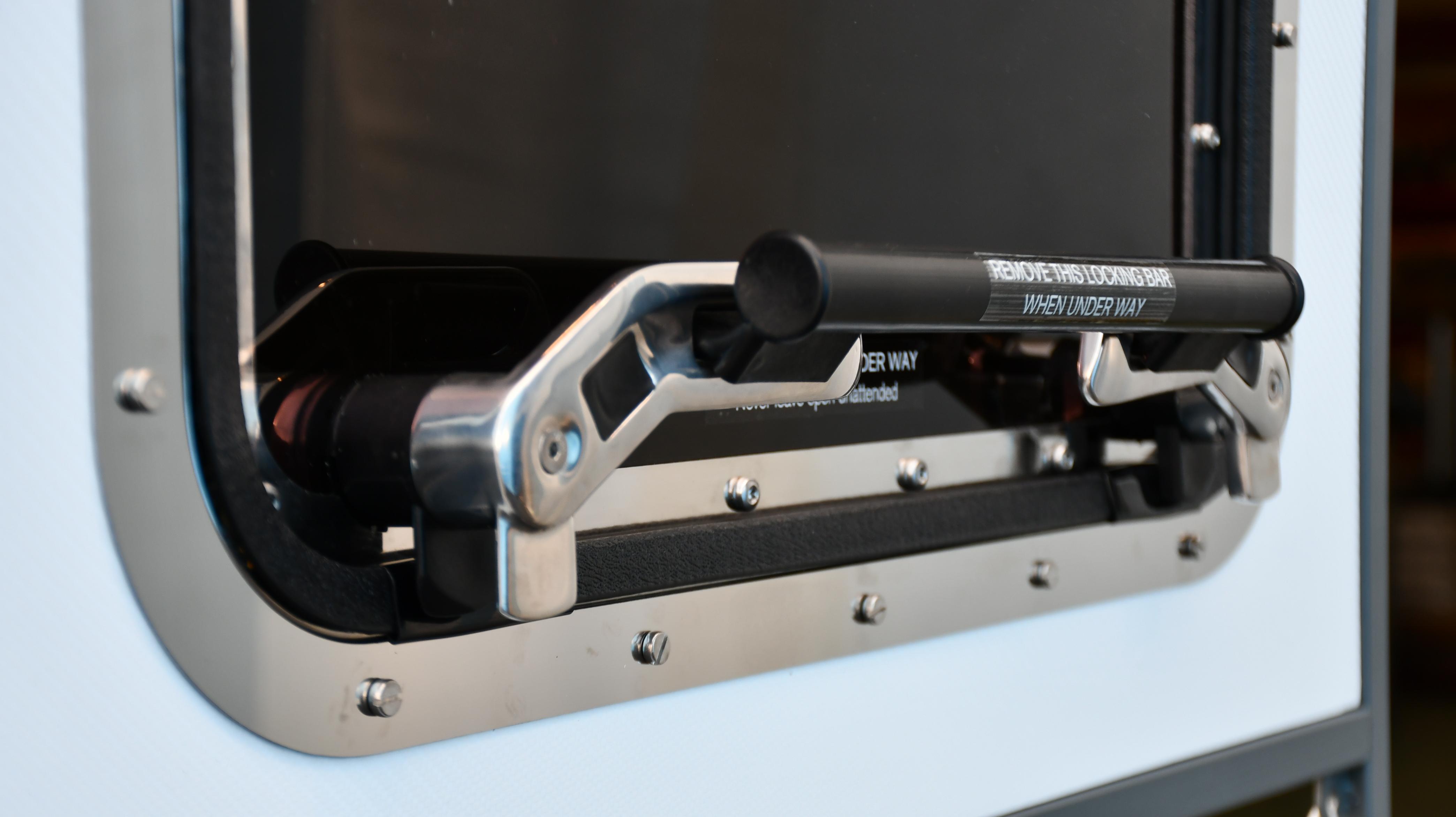 Locking bar in composite